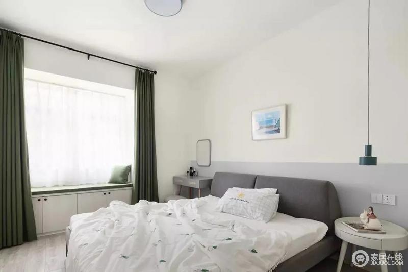 主卧室内以白色为主色调,搭配清新的绿色作为点缀,飘窗做了和客厅一样的收纳设计,再加上用梳妆台来代替床头柜,增强了卧室内部的收纳能力。