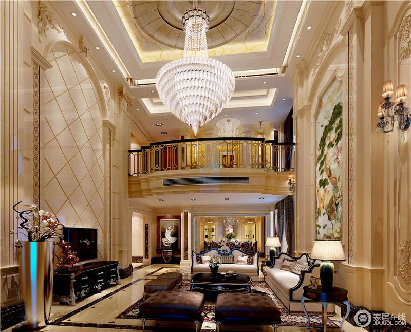 大而阔朗的挑高空间,以温暖米黄色大理石和黑色、棕色家具配搭,整个客厅显得温馨华美、厚重雍容;硕大水晶灯,层层光华璀璨夺目,背景墙上或直或斜的线条演绎,诠释着欧式的典雅,而花卉壁画的装饰则与地毯相得益彰。