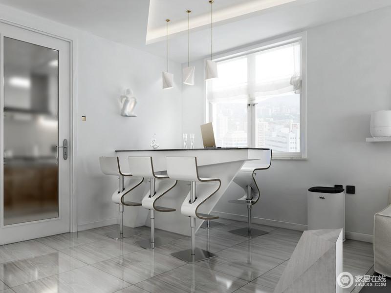 简洁的线条,通透的地砖,让空间具有整洁之风,椅子另类造型炫酷的效果,把你带入未来世界;吊灯装饰着吧台区,让主人可以在这里放松一下。