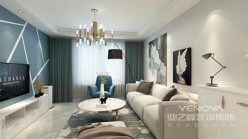 客厅以中性色为主,从米色布艺沙发到黑白抽象挂画组合,从扶手椅和窗帘的蓝色底蕴之中,赋予空间一种现代优雅;黄铜吊灯和大理石茶几等家具组合,尽情上演材质带来的质感
