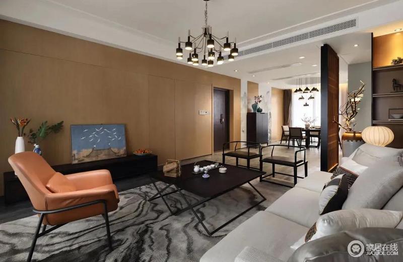 客厅内整个墙面以木饰面的方式来化解大白墙的单调,中间还藏入了隐形门设计,呈现出一种简洁大方的实用感;整体木质感的墙面延伸到餐厅区域,让空间更加统一而大气,灰色条纹地毯十分个性,搭配新中式圈椅、橙色扶手椅组合出生活的雅致。
