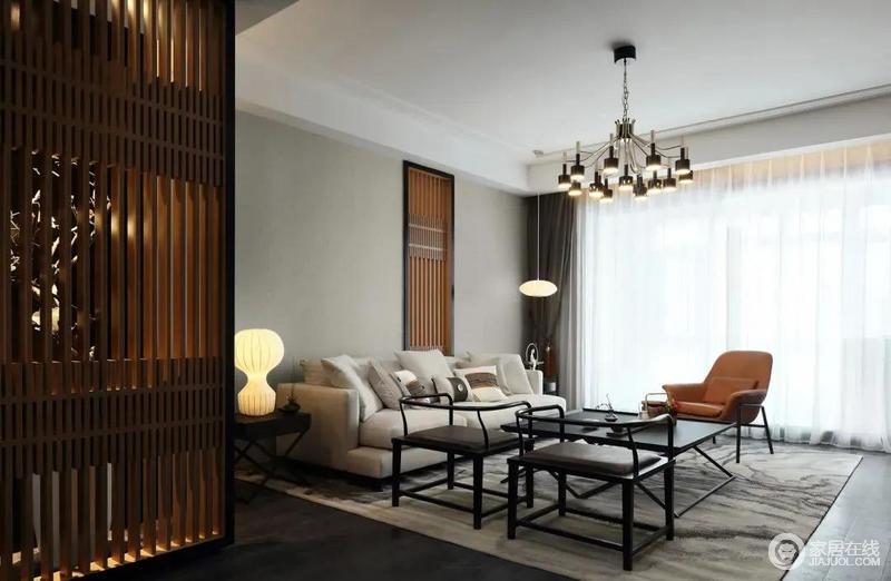 客厅线条十分简洁,白色吊顶搭配灰色系的墙地面,营造出层次和沉静的氛围,嵌入式木屏风的设计与玄关的屏风相得益彰,强调东方之美;灰白色沙发搭配黑胡桃中式圈椅、茶几诠释中式静意,橙色扶手椅成为空间的点睛,给予空间摩登。