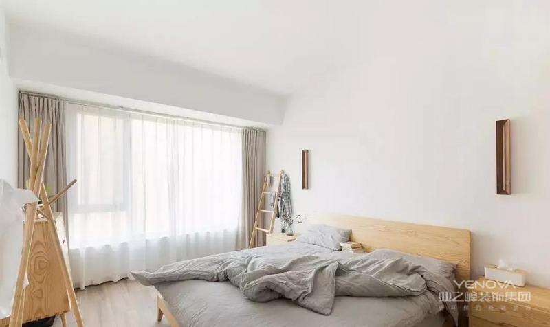 本案是一套面积为122平米原木日式风三居,硬装上尽量留白,家具全部用白蜡木,上木蜡油,看起来简单干净,接触后又觉得温暖舒服。
