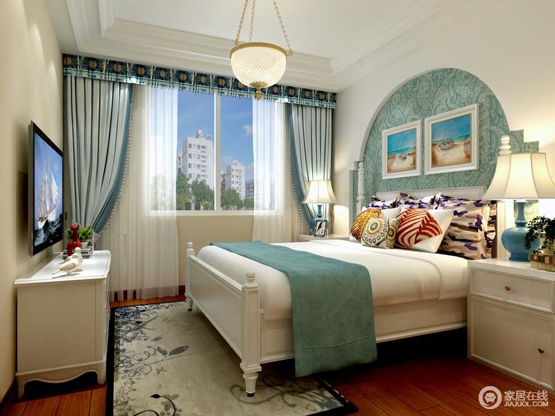 卧室的吊顶结构简单规整,吊灯垂流而下,散尽光晕,为空间增添温暖;拱形的背景墙因为蓝色壁纸显得清幽,正如软装的搭配一样,蓝白之间构成空间的小复古和小清新,让生活舒适而温馨。