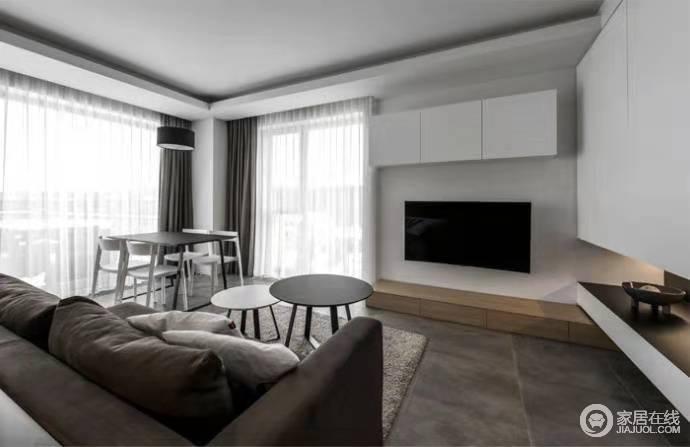客厅黑白色系搭配看起来大气舒适,没有太过夸张的用色,黑白之间更显档次;圆桌的简约节省了空间,同时也令空间时尚。