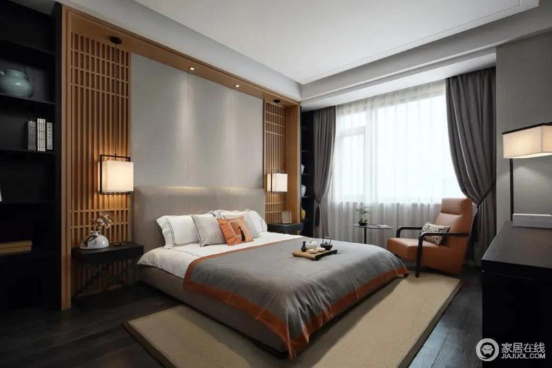 卧室整体简约舒适的布置,床头墙以灰色硬包和木质的屏风搭配更加雅致;深灰色的窗帘、橙色扶手椅与灰色和橙色的床品以色彩呼应的方式,奠定家的素雅轻奢。