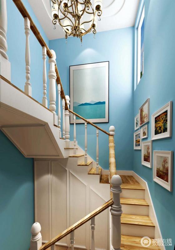楼梯虽然起到连接结构和空间的作用,但是他的圆柱木纹设计和曲线感表现了设计的美学和工艺的精细,复古风的吊灯添置了不少尊贵;蓝色漆的墙面好似一个蓝湛的海滩,与海滩漾动的画作趣意相生,就连照片墙也带着生活的调性,让空间具有温度和活力。