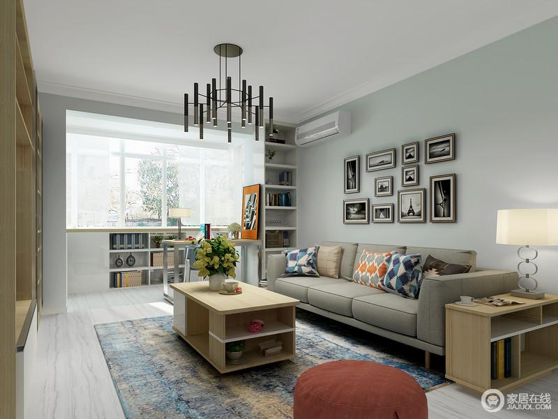 设计师将原本的小客厅做了收纳上的处理,通过隔断柜将阳台和墙面功能做了提升,实现了小空间,多作用;浅蓝色调更是增加了空间的清新,搭配简约家居,无疑给生活带来更多的舒适。