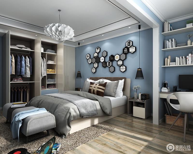 衣柜分区合理,长短衣物分区收纳,叠放衣物区域的设计可以收纳更多物品。