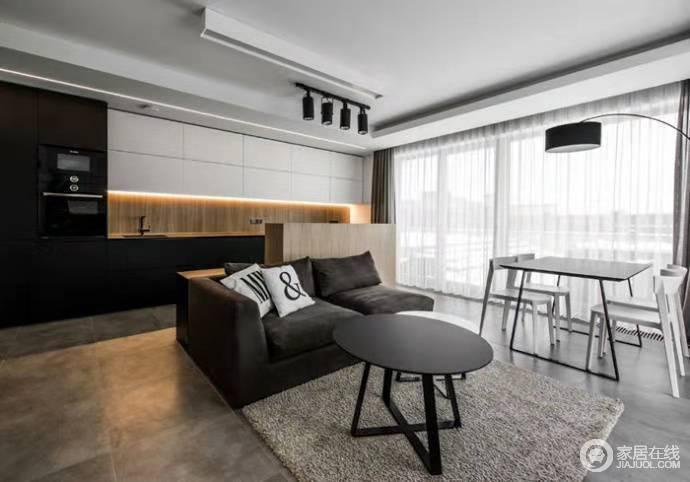 客厅沙发一深色系为主,与黑白组合的茶几构成和谐;餐桌简单地放置在窗口边,因为白色纱幔而多了缥缈。