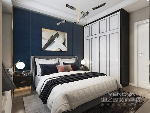 卧室的吊顶通过白色石膏做了找平和精修,而飘窗既实现了收纳,又因为灰色窗帘与黑白色床品构成简素、温馨;黄铜吊灯的现代时尚不仅为空间带来光亮,也让空间多了份艺术感