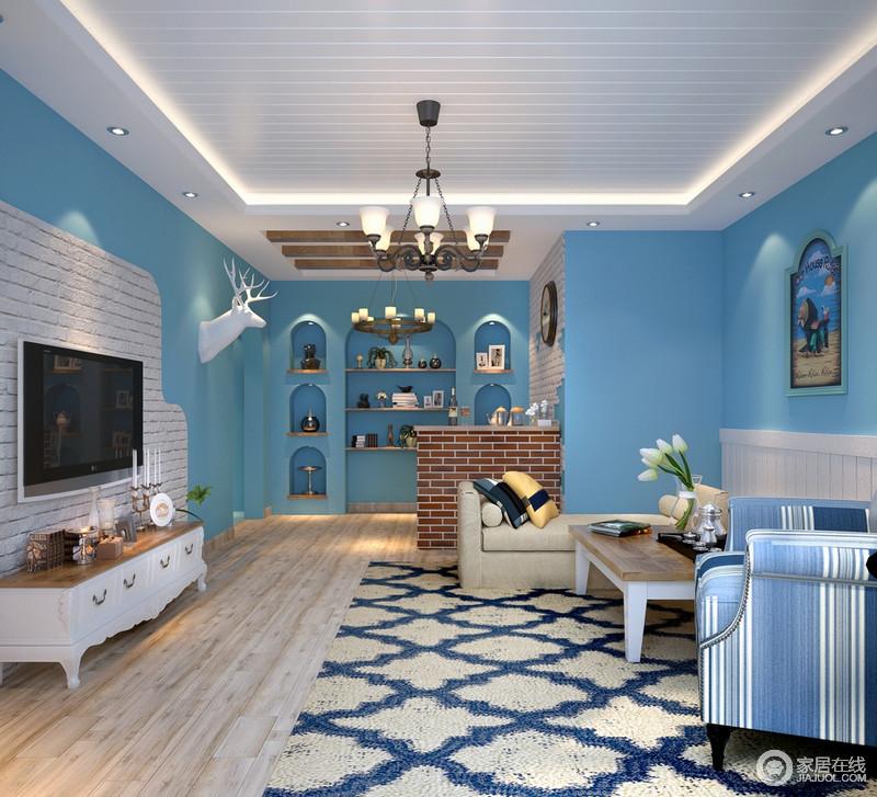 客厅的白色木吊顶与原木地板构成朴素和简单,白色砖石堆砌地背景墙多了粗粝感,而圆拱造型与陈列墙演绎浓重地地中海文化气息,蓝白色调自由切换,十分唯美;菱形地毯搭配蓝色条纹扶手椅、米色沙发,在各式家具和饰品的呼应出,显出清幽与舒雅。