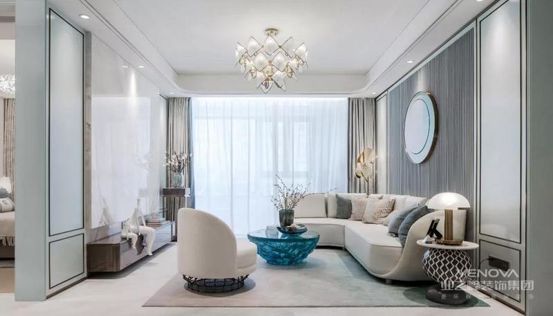 客餐厅贯穿天花,用通高的门与艺术玻璃隔断,视野不受影响,在餐厅忙碌的人仍能感觉到从客厅沙发传来的舒适与温馨。