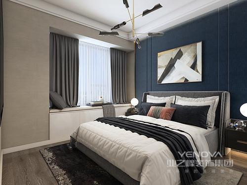 卧室虽然线条简洁,却足够得体大气;藏蓝色漆粉刷墙面,在黑白抽象挂画的陪衬中,多了份现代优雅;定制得衣柜黑白之间更显几何之美,也极具实用性;黄铜球泡吊灯垂直而下,与床头柜以对称的方式,演绎和谐。