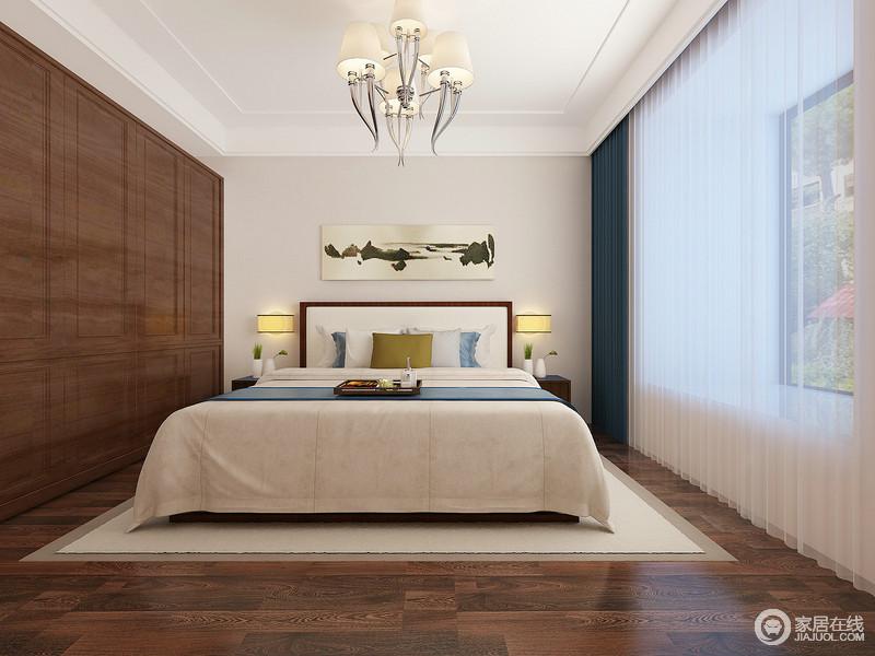 次卧入墙衣柜与同样顶天立地窗帘,无形中拉伸空间高度,加上良好采光,空间非常显开阔;衣柜与地面的木色面积大,包裹般的营造出舒缓柔和气息,而床品与窗帘及墙面则用清新蓝白调和,深浅色调宛如平仄,韵律细腻明快。
