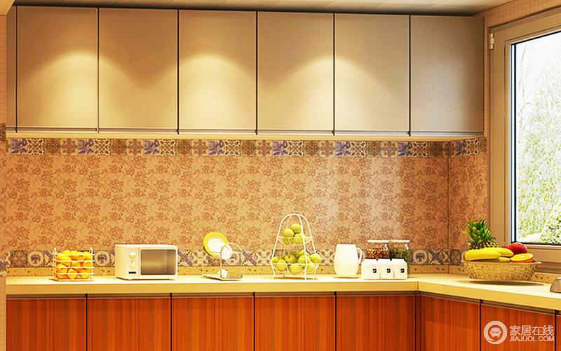 绿色环保、易清洁、易维护的铝扣板吊顶下,装饰的是经久耐用、散热性好的照明灯,烘托出和谐融洽的家庭氛围。