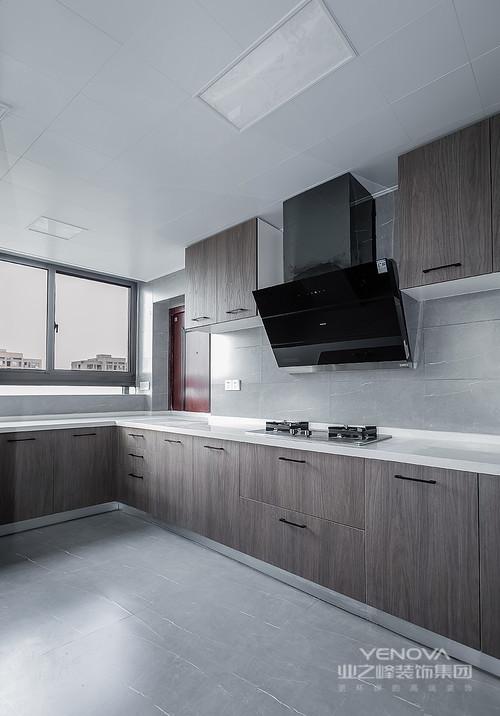 厨房空间选用浅色木纹材质来打造橱柜,与白色石材的台面演绎简洁与自然;而浅灰色的砖石铺贴在墙与地之间,给空间带来轻盈,高级灰的冷调更是质感十足