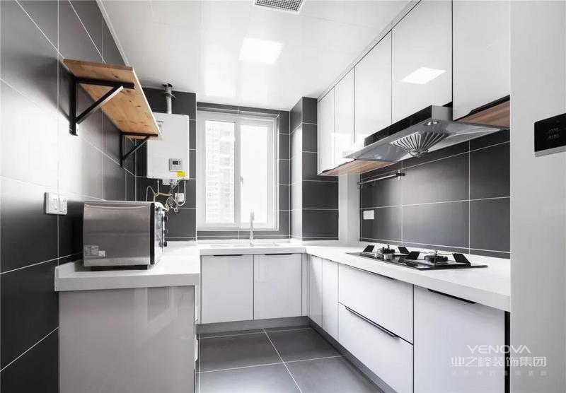 灰色地面墙面的厨房,搭配白色定制橱柜,U形的操作台让烹饪空间显得格外的现代雅致。