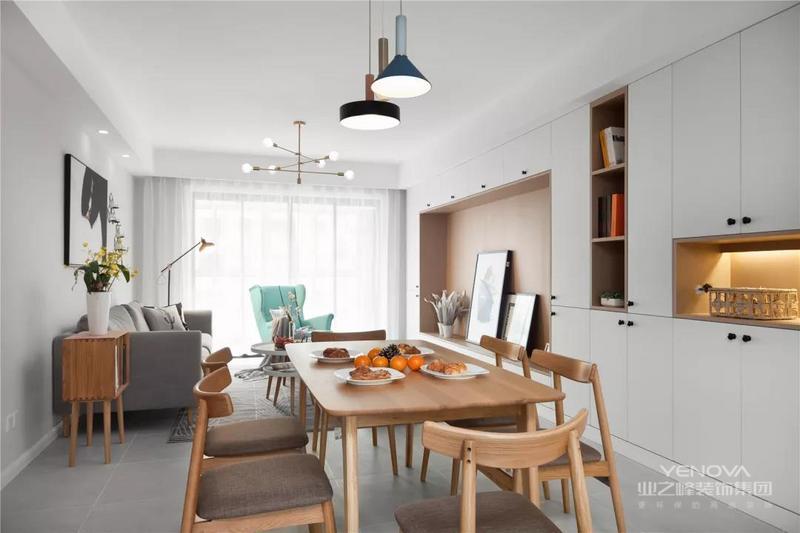 客厅餐厅布置在一体,电视墙与餐边柜连贯一体的定制柜,也为这个空间带来了充足的收纳与展示格,搭配一套原木质感的餐桌椅,顶上简约舒适的吊灯,整体空间给人以娴雅轻松的舒适感。