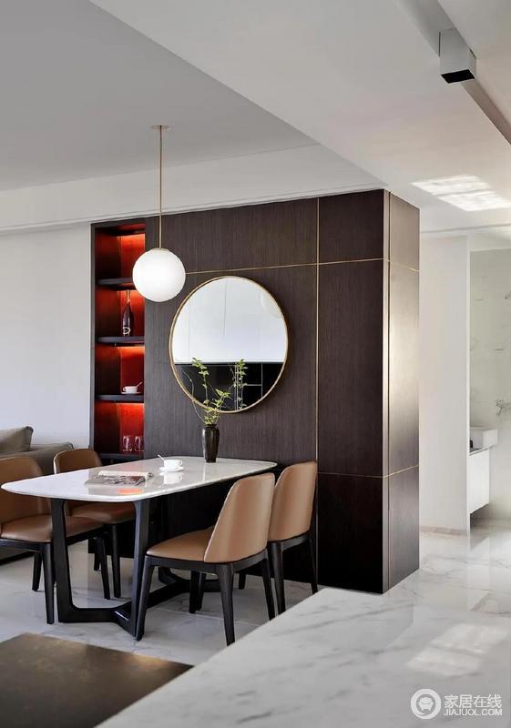 餐桌上悬挂的镜子是点睛之笔,圆形镜面与球形餐灯相映成趣,镜面不仅能拓展视觉空间,也能在一定程度上起到移步换景的作用,再点缀上一瓶春芽,为房间带来一抹绿意。