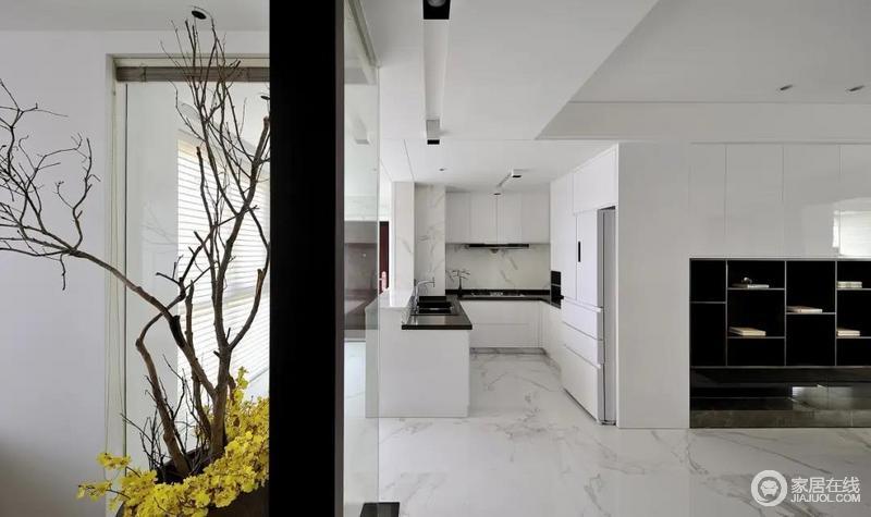 厨房采用全白色的橱柜,隐藏把手的设计使厨房整体外观都更加简洁明快,大理石纹路的墙砖带来变化感,整个厨房都规整又不死板。