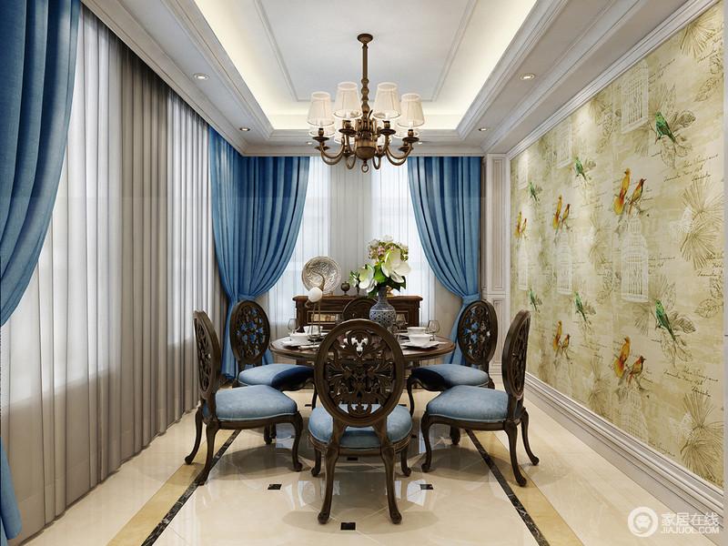 淡黄色彩鸟图与蓝色窗帘及餐椅形成满屋的轻巧明快,让就餐环境也蔚蓝。