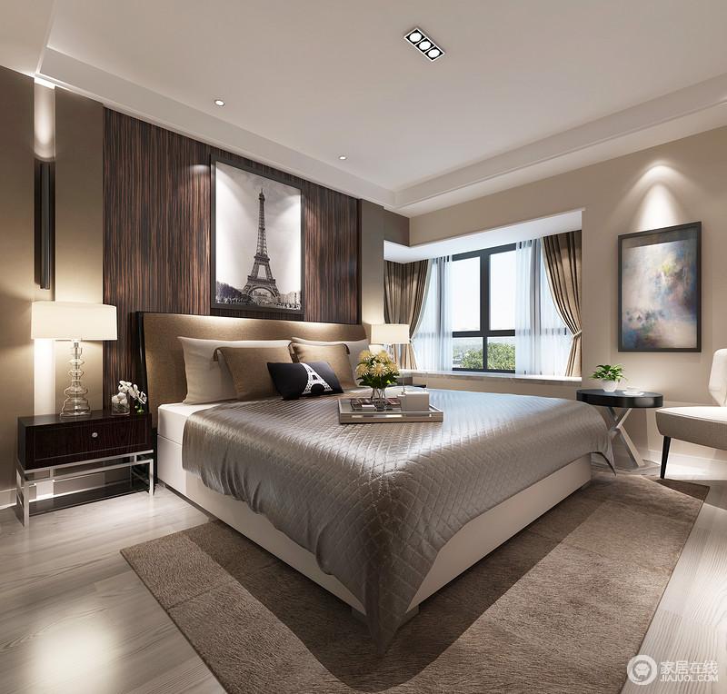卧室的地板以浅灰色地板与驼色墙面形成色彩反差,对比之中,调和出空间的温和;褐色板材的肌理自然而具有线条之美,对称地黑色床头柜、壁灯和台灯调染出温馨,软装上的中性色组合,奠定了稳重。