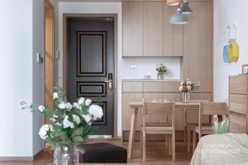 今天分享的是一套建筑面积124平的现代简约风三居室,设计师在这套房子里大面积的运用原木风的家具和造型,通过温馨的木质感和简洁的基调,来营造出简约自然、惬意舒适的感觉。话不多说,一起来看看这套案例吧!