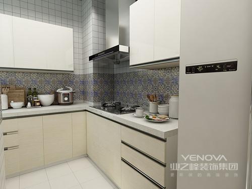 小格子墙砖的设计让厨房空间变得不那么呆板,地柜和顶柜不同的颜色柜门的设计让空间更加具有层次感