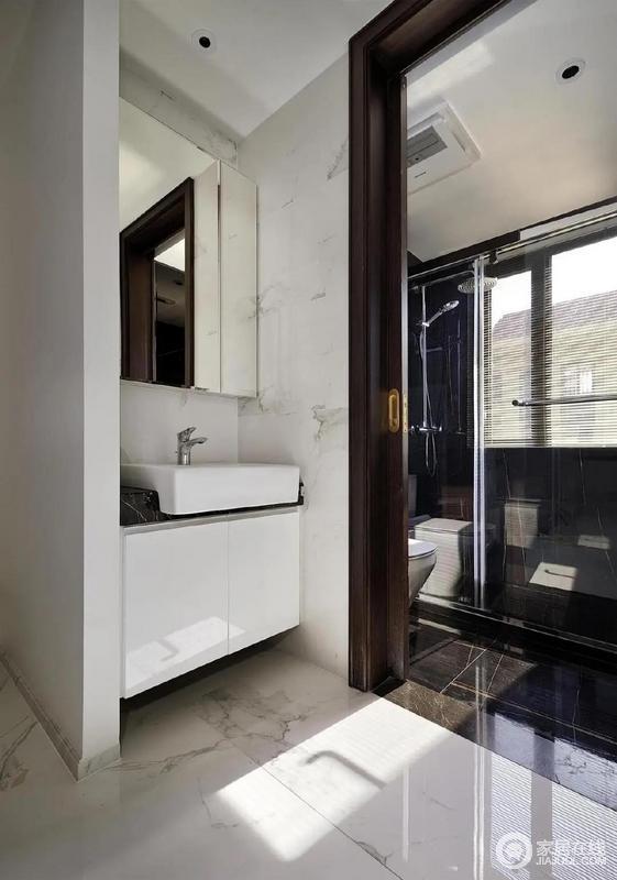 洗手间用玻璃隔断达到干湿分离的目的,深棕色的隐藏推拉门进行隔断,保证隐私。洗手台则安装在拉门外侧,内外使用互相不影响,非常方便。