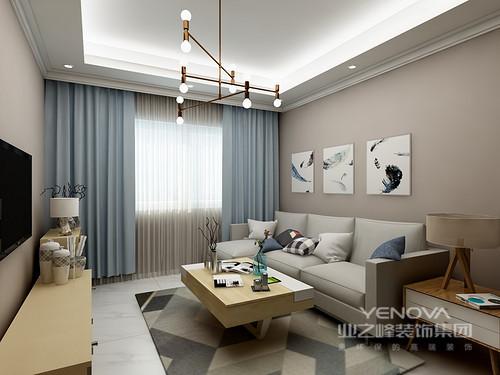 面积较小,所以在颜色的搭配上采用了暖色调,墙面是浅灰色墙漆,搭配三组挂画,干净整齐,四周吊了一圈简单造型顶,地面是灰色实木地板,环保且舒适搭配一块地毯,既美观又实用。整个空间的家具没有采用过多色彩,以浅色调为主,浅色布艺沙发搭配明黄色抱枕,原木色茶几上放置花束进行点缀,使得整个空间都温馨起来。