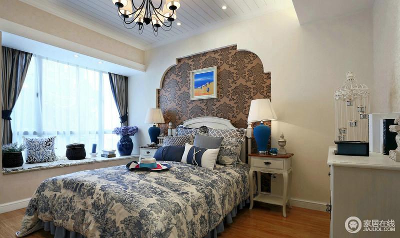 卧室被粉刷成了米色,无形中为空间增加了温度;花式拱形的背景墙因为咖色壁纸的点缀,以层次和稳重感,更显温馨,明亮又使用;对称的家具,与蓝色系台灯和花瓶,呼应着床品的蓝白之韵,让生活也多了份淡淡地优雅。