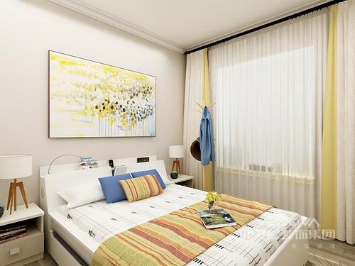 墙面运用的浅灰色墙漆,搭配植物挂画,使整个空间显得富有生机。顶面是一组直线吊顶配合石膏素线,地面通铺实木地板配合浅色地毯,柔软舒适。卧室的家具以浅色为主,白色白色双人床,简单大方。