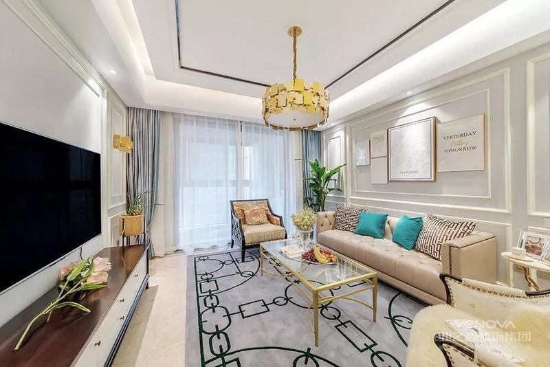 一进客厅就被它轻奢的气质所折服了, 白色背景墙勾勒上石膏线,优雅柔美。 落地窗装上蓝灰色窗帘和白纱幔