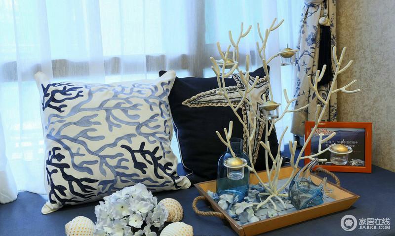 细细想来,生活不过是每一个细节的拼凑,在飘窗处的蓝白靠垫形成反差,而树脂的铁艺装饰与靠垫的纹样构成自然的呼应,在纱窗和树枝的掩护之下,充满了自然的生机感。