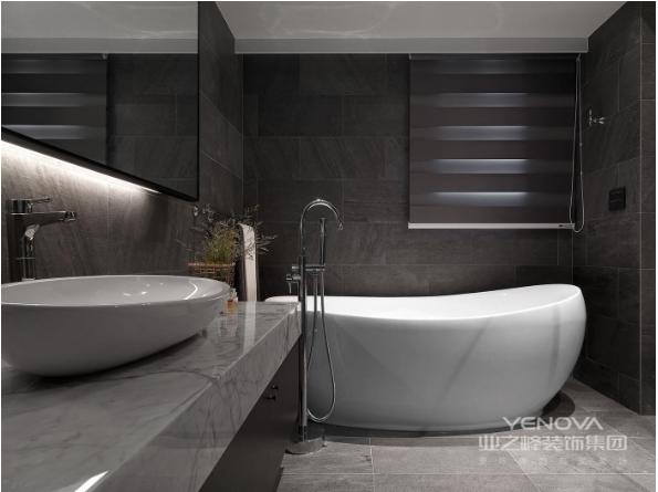 灰白为主的卫生间,简单大方的浴缸,让忙碌了一天的紧张生活得以放松。