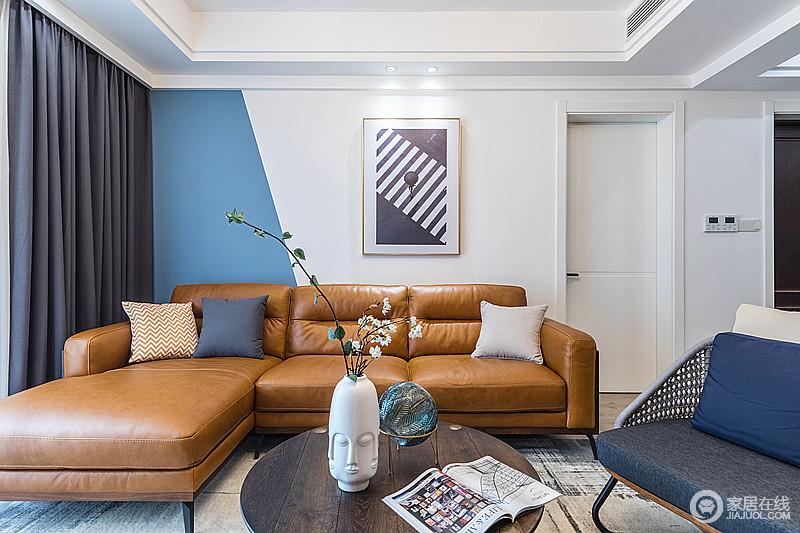 以灰白为主的空间背景,用个性的宽边蓝表现抽象艺术,棕黄色沙发挑出了空间中清晰的层次感,带着现代味道;哑光白的创意摆件,蓝色琉璃瓶放置在圆几上,不但节约了空间,提高了空间使用率,也增添了几分谦和柔润,让生活更有趣味。
