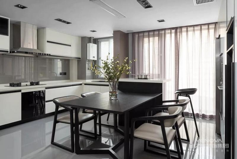 现代简约风格设计是提出了原有的繁琐、复杂的设计元素,采用留白的设计来营造出空间中的个性与宁静,对于每个室内设计设计师而言,把握好整体房间的空间感和选择营造居室居住环境,其难度比一般意义上的设计更加困难,所以这就是简约却又不简单的现代简约设计的装饰要素。