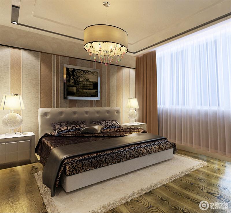 卧室线条和结构都十分规整利落,并用条纹仿旧壁纸来奠定空间的沉静;虽然欧式木床与床品颇为复古和厚重,但白色床头柜、台灯与之,搭配组合出了对比美学,却让空间足够温馨。