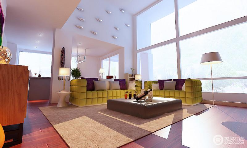 客厅的几何落地窗,赋予生活阳光明媚,让挑高十足的空间更为宽敞通透;墙面的金属装饰减少了单调,而现代草绿色沙发的摩登与空间内黑白组合的桌几、台灯更彰显现代大气。