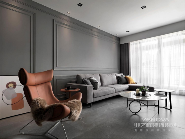 以灰色为主,橘色为辅调,  大大的落地窗,使简约舒适的空间中多了一丝活泼。