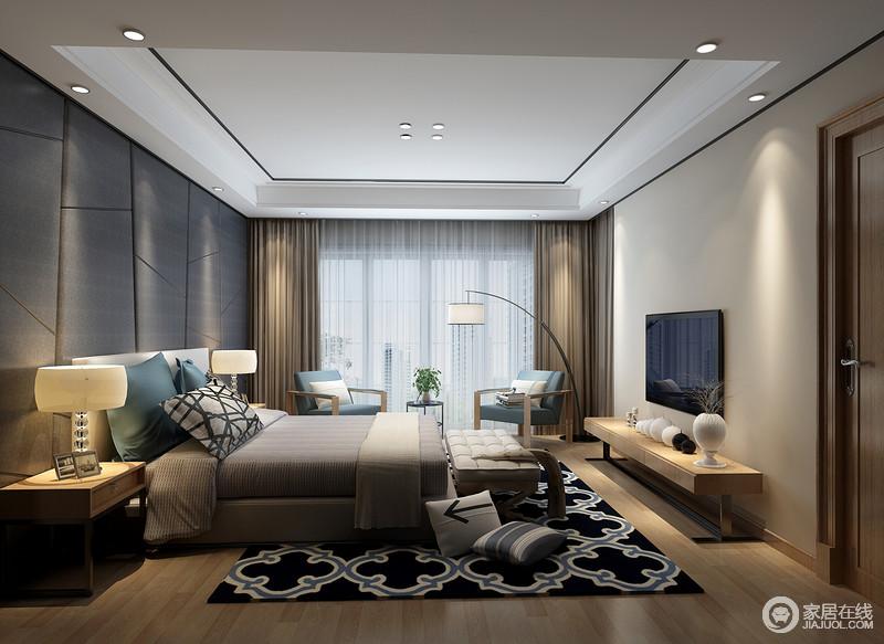 房间整体宁静舒适,木色地板、米色墙壁、简洁的线条交相辉映,细节之处彰显气质;现代感的家具以简洁的造型与黑色花纹地毯带着复古摩登,与浅蓝色家具和灰色床品、艺术品等组成不凡的现代气质。