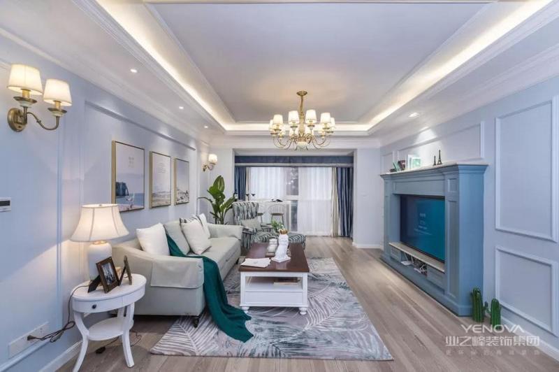 客厅通刷蓝灰色乳胶漆,并用石膏线勾勒着,搭配几幅挂画,整体十分优雅有魅力。