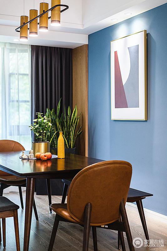 餐厅内蓝色的墙面因为抽象画更为艺术,一束花、一盏茶,处处是温馨,时时有暖意。