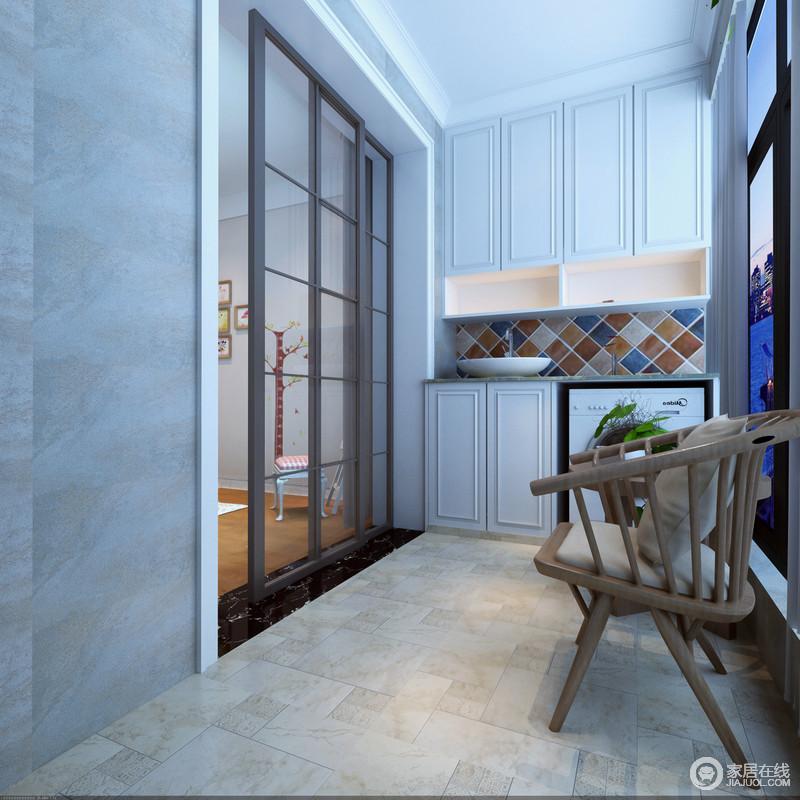 阳台以土色地砖和灰色墙砖营造出质朴感,收纳柜嵌入墙体构成规整的效果,兼具实用性;设计师也巧妙地以彩色砖石装饰盥洗台,呈现出设计的另一个功能;实木圆椅带着朴实的自然风,让你享受惬意。