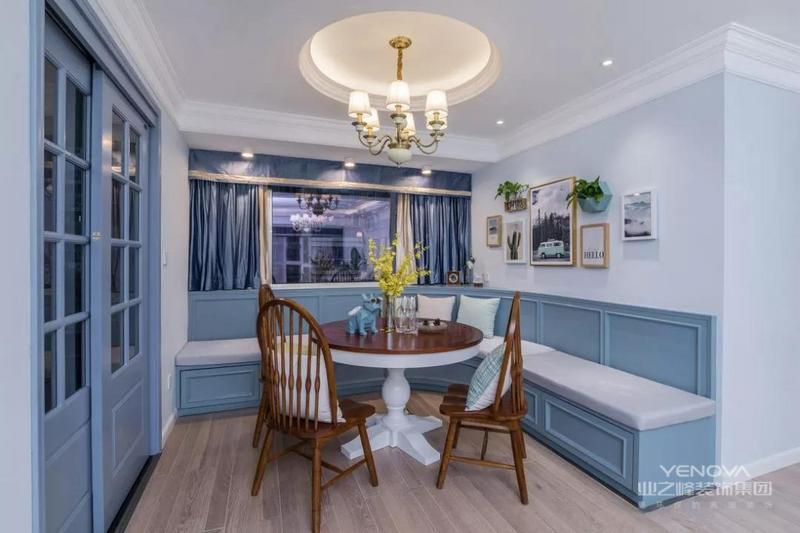 餐厅布置在一个小角落,利用墙壁设计了L型卡座,结合蓝色护墙板,优雅有情调。