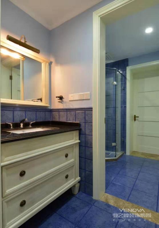 卫生间做成干湿分离的设计,湿区用玻璃门隔开,洗澡的话可以避免洗澡水外流