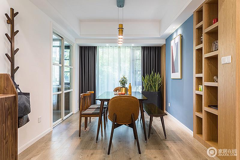 看似简单的餐厅,却以个性组合的餐桌椅为亮点,尤其是保持天然硬木为形态的PACHA椅,最求干净线条,却给人高端优雅的气质;白色和蓝色相对的餐厅背景墙,安宁恬静中不失青春活泼的气息,灰色窗帘与之组合出雅致。