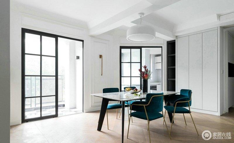 餐厅区域打掉了墙做的宽敞明亮舒适,格栅门将厨房阻隔在另一个空间,解决了油烟的问题,现代单的餐桌餐椅,大气时尚。