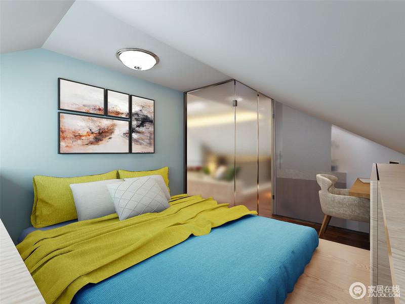 卧室结构上不够规整,蓝色漆提升了空间清净和雅致,黄色和蓝色床品以反差成就明快;写意画拼接的柔情文艺与金箔色的玻璃门与现代家具,组合出生活的温馨和得体。